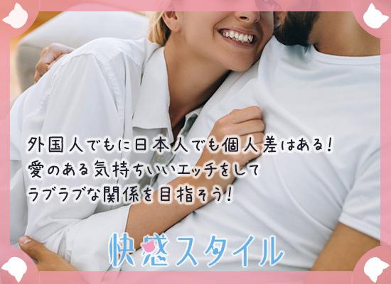 外国人男性に笑顔で抱き着く様子の女性